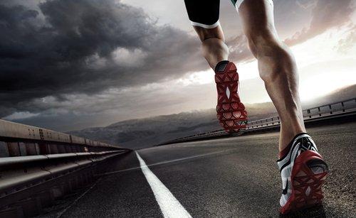 Quais os fatores de risco para fratura por estresse em corredores de longa distância?
